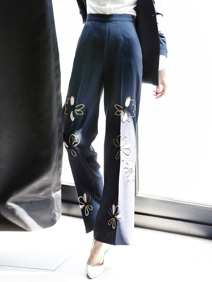 P1538 Flower Embroidery Trimming Slacks * Navy color *