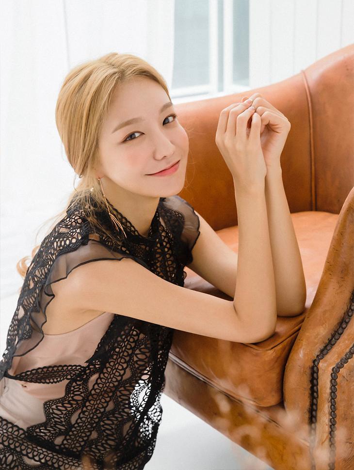 magazine <br><br> <b>Moment Global interview</b> <br> Shin Soyul <br><br> B2021