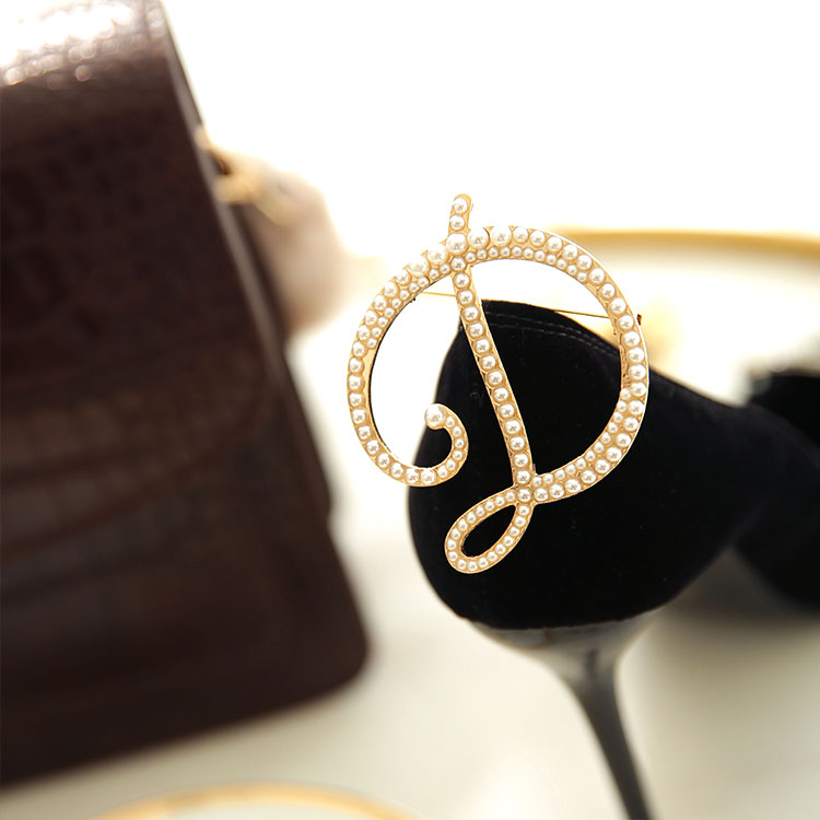 AB-165 pearly brooch